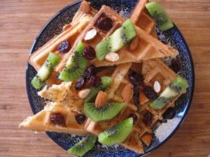 Zmiana nawyków żywieniowych - nie musisz rezygnować ze wszystkiego. Gofry z owocami podane gościom, zamiast ciastek przesiąkniętych zwykłym cukrem?